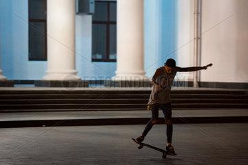Odessa  Ukraine  Jugendlicher vor dem neoklassizistischen Rathaus