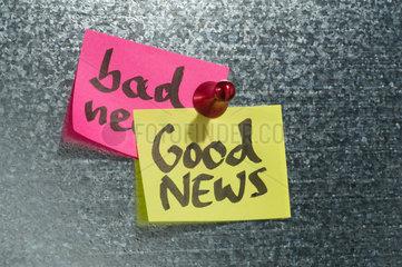 Hamburg  Deutschland  Notizzettel mit der Aufschrift bad News und Good News