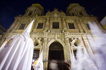 Sevilla  Spanien  Glaeubige in weissen Gewaendern bei einer Prozessionen zur Semana Santa