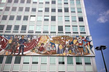 Berlin  Deutschland  Haus des Lehrers mit dem Fries -Unser Leben- am Alexanderplatz