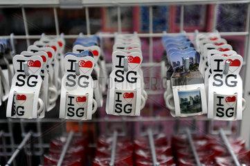 Singapur  Republik Singapur  Andenken haengen vor einem Souvenirstand