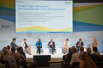 Berlin  Deutschland  Diskussionsrunde im Gasometer auf dem Festival der Zukunft