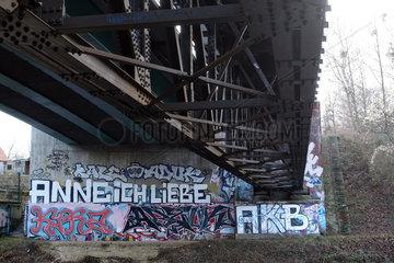 Berlin  Deutschland  Graffiti an einer Mauer unter einer Stahlbruecke