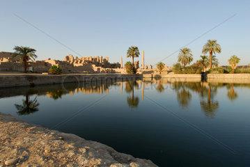 Karnak  Aegypten  der Heilige See auf der Tempelanlage des Karnak-Tempel