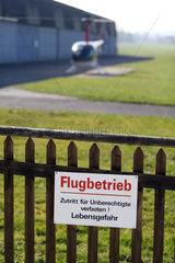 Beromuenster  Schweiz  Schild -Flugbetrieb  Lebensgefahr- am Zaun eines Flugplatzes