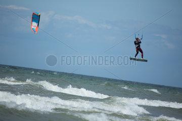 Rostock  Deutschland  Kiter in der Ostsee