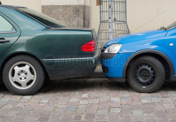 Berlin  Deutschland  Parkplatzprobleme  Autos parken Stossstange an Stossstange