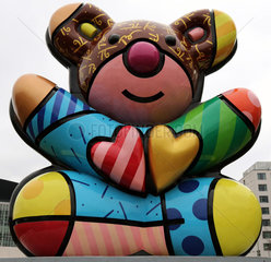 Berlin  Deutschland  Baerenskulptur Best Buddies Friendship Bear von Romero Britto