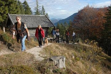 Mittenwald  Deutschland  Wanderer am Hoher Kranzberg