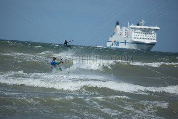 Rostock  Deutschland  Kitesurfer und Faehre in der Ostsee