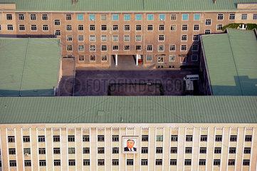 Pjoengjang  Nordkorea  Buerogebaeude mit Abbild von Kim Il-Sung an der Fassade