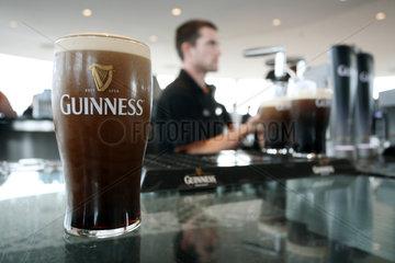 Dublin  Irland  ein Mann zapft Bier der Marke Guinness in der Gravity Bar
