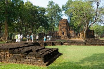 Sing  Thailand  Besucher im Geschichtspark Mueang Sing
