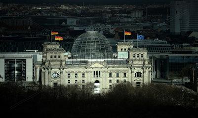 Berlin  Deutschland  von der Sonne angestrahlter Reichstag