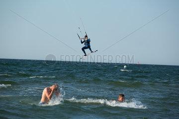 Rostock  Deutschland  Badegaeste und Kiter in der Ostsee
