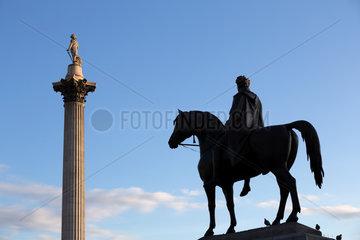 London  Grossbritannien  Nelsonsaeule und Reiterstandbild Koenig George IV am Trafalgar Square