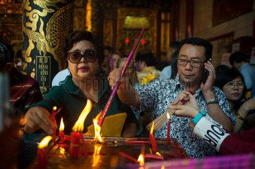 Yangon  Myanmar  Glaeubige im Kheng Hock Keong Tempel