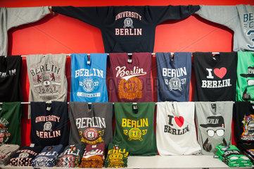 Berlin  Deutschland  T-shirts und Pullis in einem Souvenirgeschaeft
