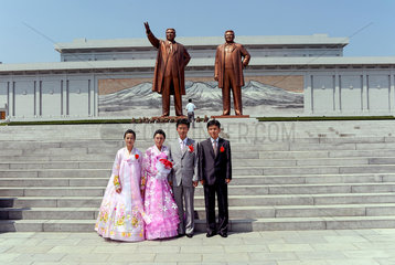 Pjoengjang  Nordkorea  Hochzeitspaare lassen Fotos am Grossmonument Mansudae machen