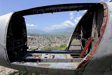 Gjirokastra  Albanien  Blick durch die Lockheed auf der Burg Gjirokastra