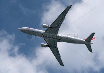 Berlin  Deutschland  Flugzeug der Turkish Airlines im Steigflug