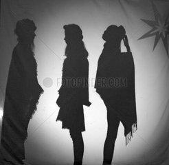 Berlin  Deutschland  Schattenspiel: Mann und zwei Frauen