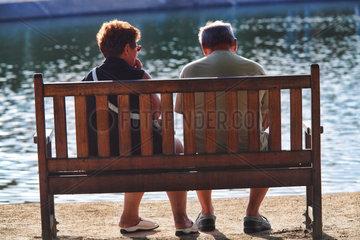 Vannes  Frankreich  ein Paar sitzt auf einer Bank am Meer