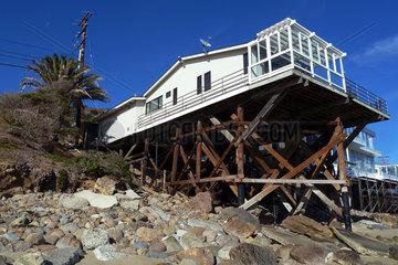 Malibu  USA  Haus auf Holzpfaehlen am Strand