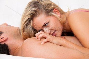 Paar im Bett bei Sex und Zaertlichkeit Liebe und Erotik im Schlafzimmer