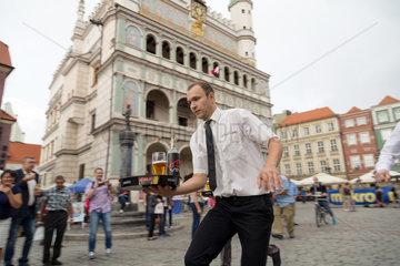 Posen  Polen  Wettrennen der Kellner am Stary Rynek
