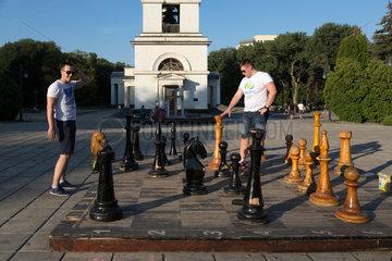 Chisinau  Moldau  Maenner spielen Schach im Kathedralenpark