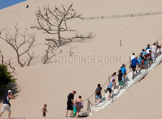 Arcachon  Frankreich  Touristen beim Aufstieg zur Dune du Pilat
