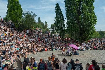 Berlin  Deutschland  Zuschauer bei einer Karaokeshow im Mauerpark
