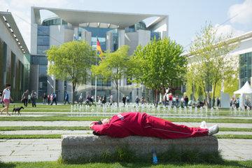 Berlin  Deutschland  Mann entspannt auf einer Parkbank