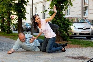Ein Mann hat einen Herzinfarkt oder Schlaganfall auf der Strasse