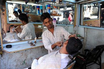 Mumbai  Indien  ein Herrensalon im Dharavi Slum
