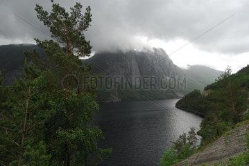 Brusand  Norwegen  Schlechtwetterfront haengt in einem Fjord