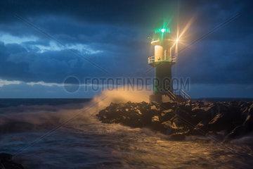 Rostock  Deutschland  hohe Wellen bei Sturm am Warnemuender Leuchtfeuer