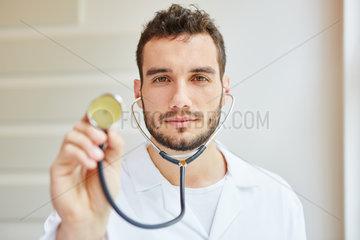 Kompetenter Facharzt mit Stethoskop