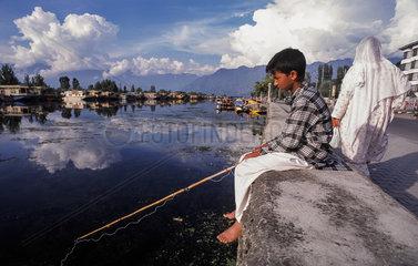 Srinagar  Indien  Angeln am Dal-See