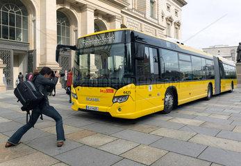 Berlin  Deutschland  BVG praesentiert neuen Gelenkbus von Scania Deutschland