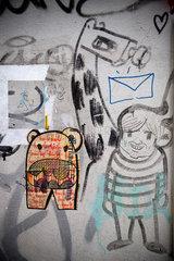Berlin  Deutschland  ein plakatiertes Nilpferd aus Zeitung an einer Hauswand