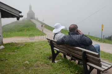 Rottach-Egern  Deutschland  ein Paar sitzt auf einer Bank auf dem Wallberg