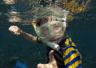 Alicudi  Italien  Junge beim Schnorcheln im Meer