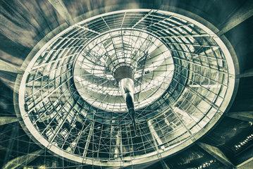 Glaskuppel des Reichstagsgebaeudes in Berlin