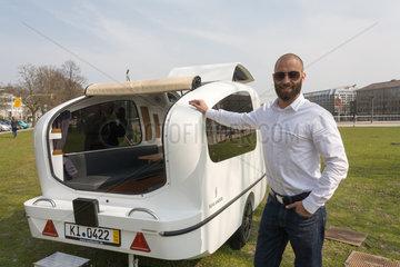 Kiel  Deutschland  Projektentwickler Daniel Straub mit dem schwimmenden Wohnwagen Sealander