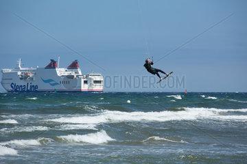 Rostock  Deutschland  Kitesurfer und Schwedenfaehre Stena Line in der Ostsee