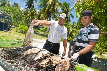 Avatoru  Franzoesisch-Polynesien  Fisch auf dem Grill