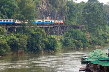 Tham Kra Sae  Thailand  ein Zug faehrt in den Bahnhof ein