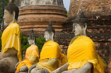 Ayutthaya  Thailand  sitzende Buddhas in der Tempelanlage Wat Yai Chai Mongkon